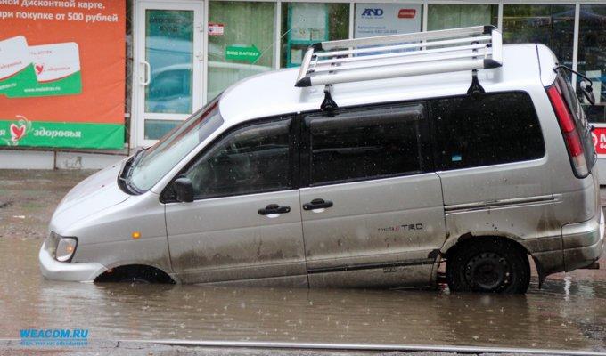 В центре Иркутска автомобиль Toyota Noah провалился в дорожную яму