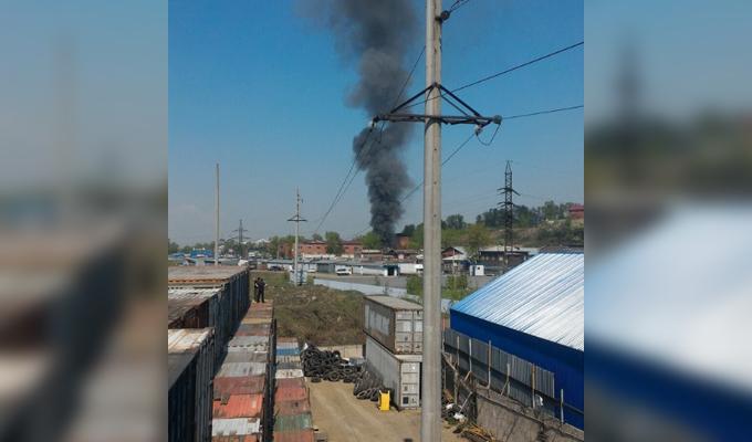 В Иркутске на улице Баррикад горел двухэтажный деревянный дом