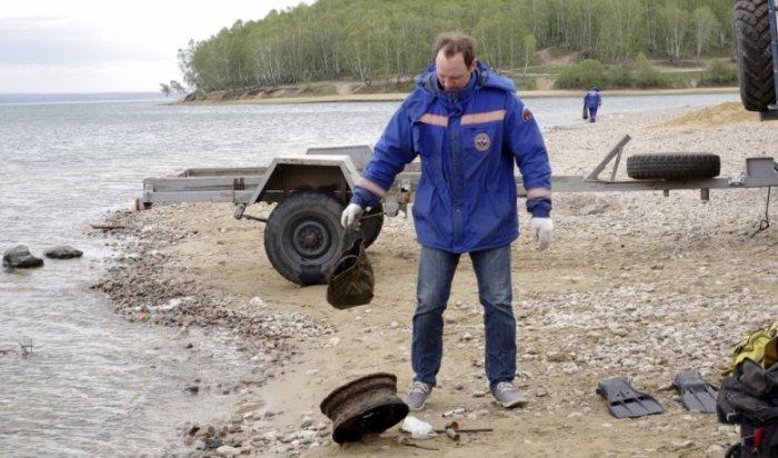 В Иркутске водолазы очистили дно залива Якоби от мусора