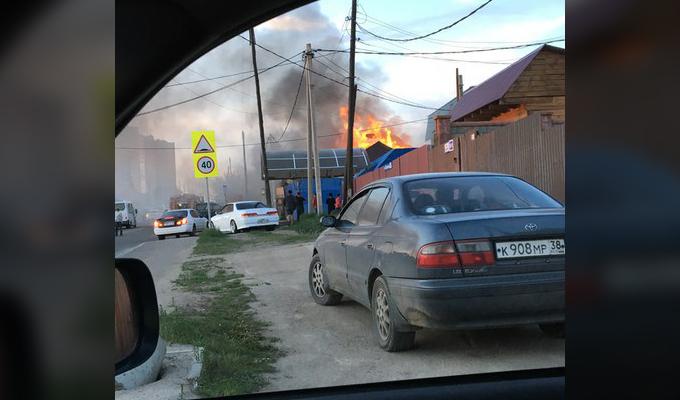В Иркутске на улице Шевцова сгорел автосервис