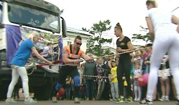 Иркутянка Оксана Кошелева сдвинула КамАЗ весом 16 тонн 200 килограммов