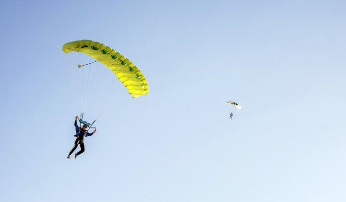 Два парашютиста столкнулись внебе вовремя фестиваля вСША