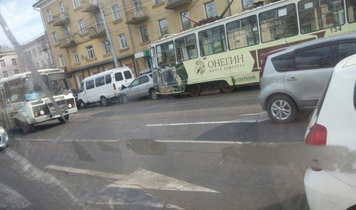 В Иркутске на улице Ленина столкнулись сразу несколько автомобилей и трамвай