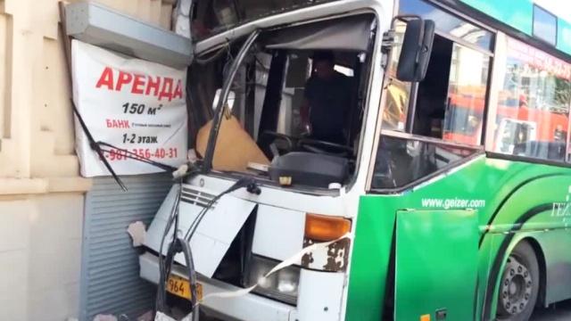 В Саратове автобус врезался в жилой дом