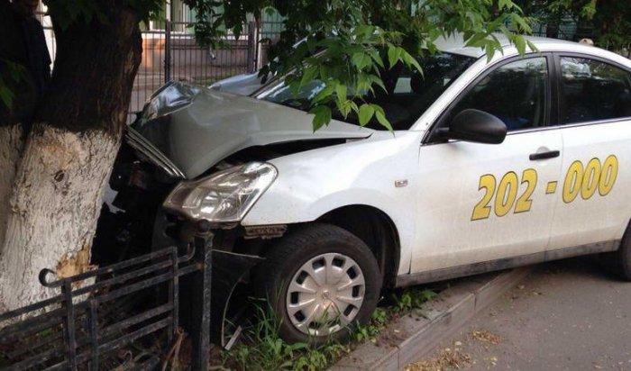 Такси сдвумя пассажирами врезалось вдерево вцентре Иркутска