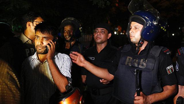 В Дакке боевики взяли в заложники посетителей ресторана