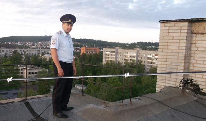 В Усть-Илимске полицейский не дал 16-летней девушке спрыгнуть с 10-этажного дома