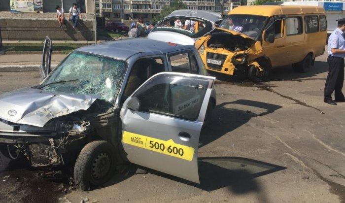 ВАнгарске врезультате столкновения трех машин погиб водитель такси «Максим»