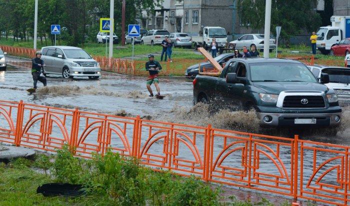 Иркутяне катались на вейкбордах по затопленным улицам города