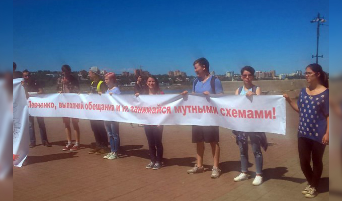 У памятника Александру III прошел митинг против продажи аэропорта «Новапорту»