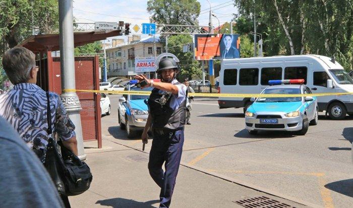 ВАлма-Ате неизвестный мужчина расстрелял полицейских