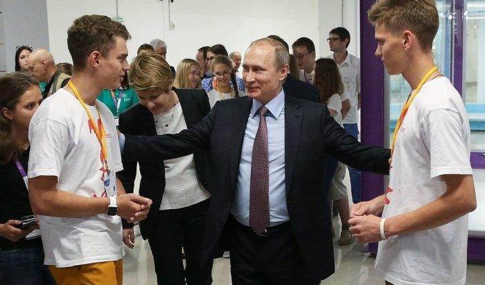 Юные ученые показали Путину 3D-принтер, который создает спутники