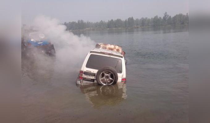 В Ангарске на берегу реки Китой сгорел Mitsubishi Pajero