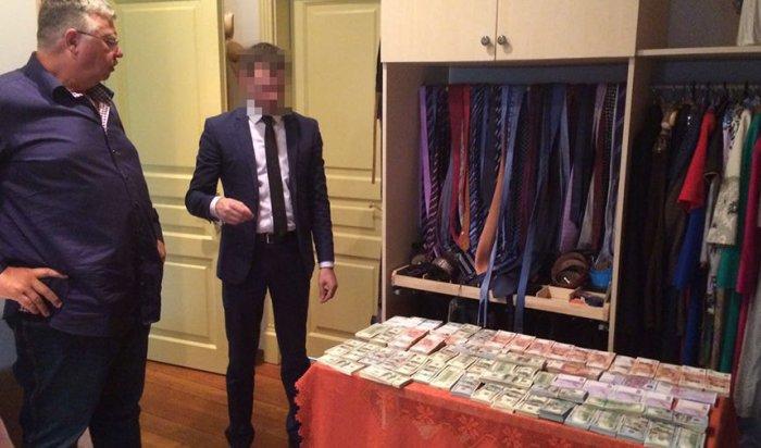 Глава ФТС назвал найденные унего деньги икартины «семейными накоплениями»