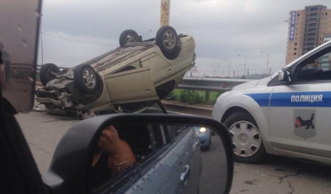 В Иркутске на Академическом мосту перевернулся автомобиль Toyota Platz