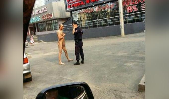 В Иркутске на улице Советской полицейские задержали голого мужчину