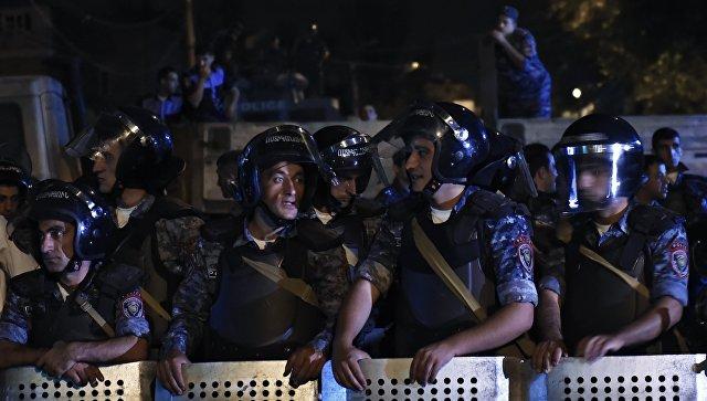 Захватившие здание полиции в Ереване сдались властям