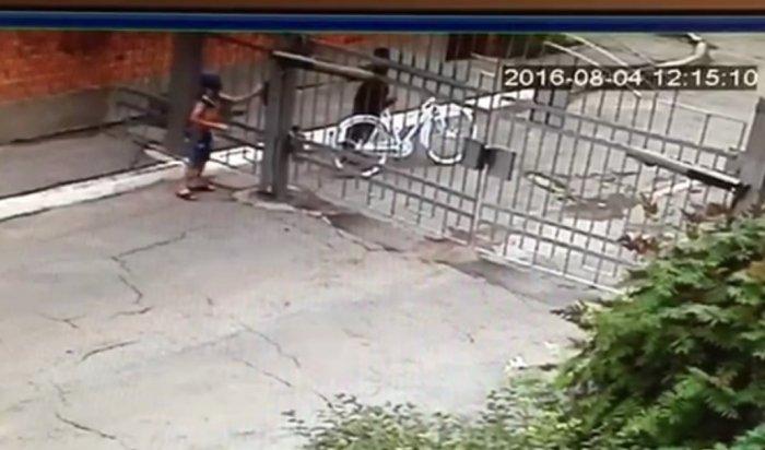 Недетские шалости: Мальчишки вИркутске украли велосипед, скрывая лица футболками