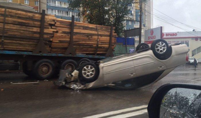 Возле Иркутного моста перевернулся автомобиль Toyota Camry