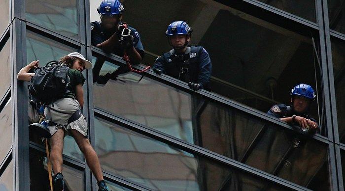 Полиция задержала карабкавшегося понебоскребу навстречу сТрампом юношу