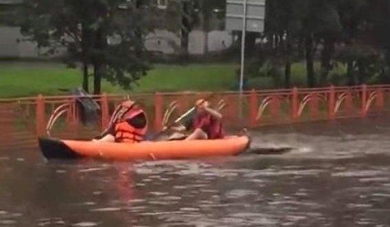 Жители Иркутска прокатились набайдарке позатопленным улицам