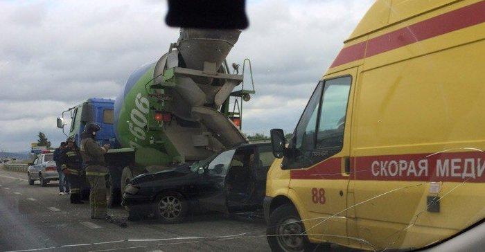 В Иркутске Toyota Caldina врезалась в бетоновоз