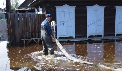 Сотрудники МЧС помогают жителям затопленных домов наулице Хвойная