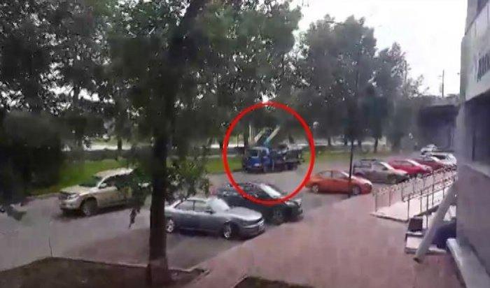 ВИркутске женщина зацепилась закабину эвакуатора, увозившего еёLexus