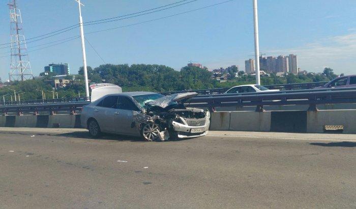 В Иркутске на Академическом мосту столкнулись Toyota Camry и Chevrolet Niva