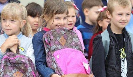 Дмитрий Бердников вручил школьные портфели детям из нуждающихся семей