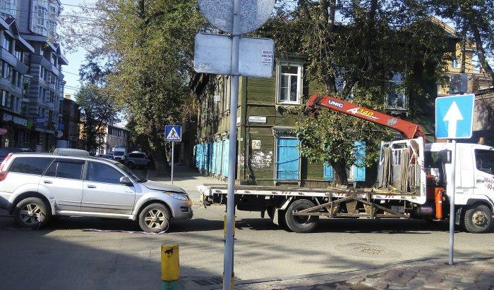 В центре Иркутска автомобиль упал с эвакуатора