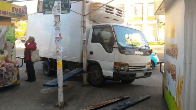 В Ангарске водитель Nissan Atlas врезался в остановку на улице Энгельса