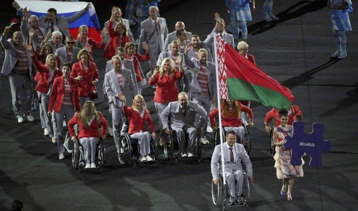 Белорусы пронесли российский флаг наоткрытии Паралимпиады