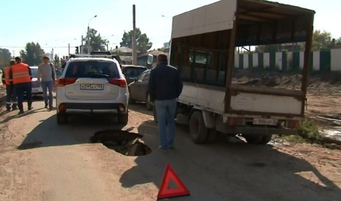 В Иркутске на улице Седова под автомобилем провалился асфальт