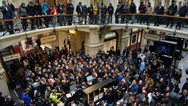 В Москве сотни людей выстроились в очередь перед началом продаж iPhone 7
