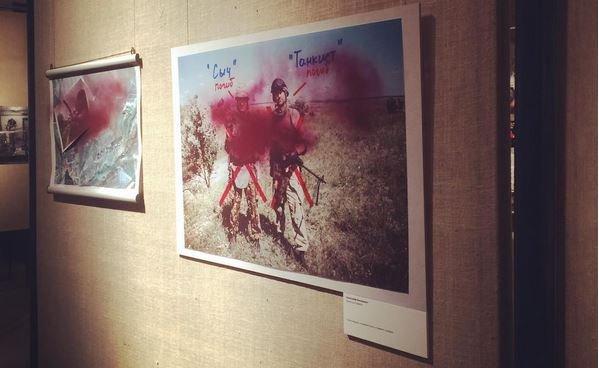 Навыставке вМоскве неизвестный испортил фотографии войны вДонбассе
