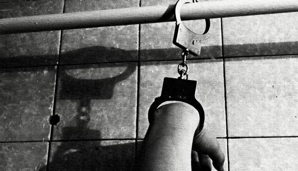 В Усть-Илимске мужчина приковал знакомого к батарее и почти неделю избивал его