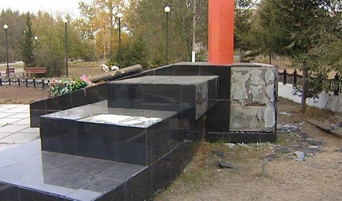 В Братске неизвестные повредили памятник героям ВОВ