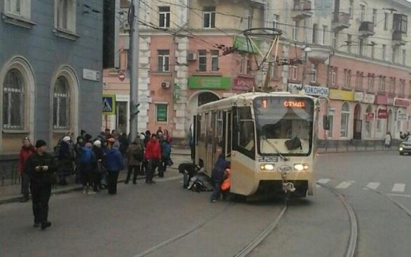 В Иркутске на улице Ленина женщина попала под трамвай