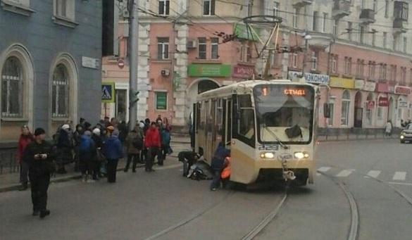 Состояние пенсионерки, попавшей под трамвай на улице Ленина, стабилизировалось
