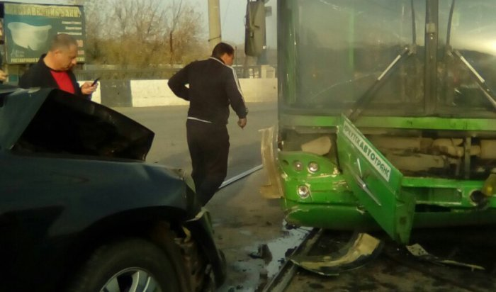 На Глазковском мосту столкнулись автобус №6 иавтомобиль «Мерседес»