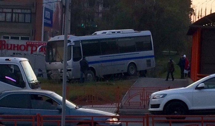 В Иркутске на улице Байкальской автобус снес пешеходные ограждения