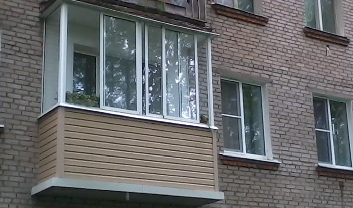 В Иркутске на улице Баумана пожарные спасли мужчину, повисшего на балконе