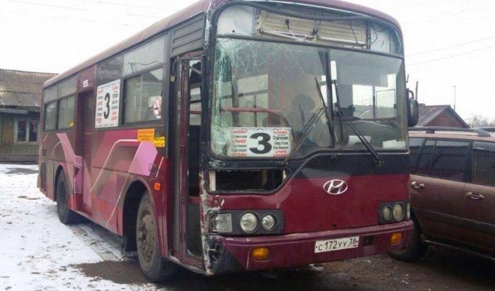 В Иркутске водитель автобуса № 3 врезался в столб и скрылся с места ДТП
