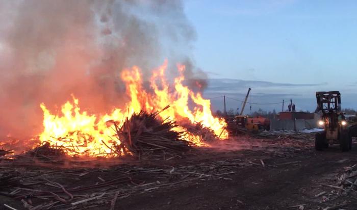 В Иркутске произошел крупный пожар на деревообрабатывающем предприятии (Видео)