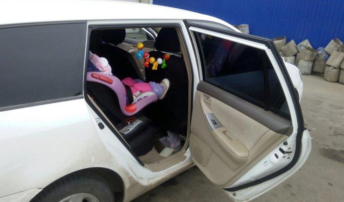 В Иркутске на улице Горького эвакуатор забрал  машину с полуторагодовалым ребенком в салоне