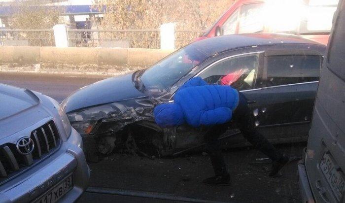 В Иркутске на Глазковском мосту столкнулись автобус № 427 и автомобиль Honda Accord