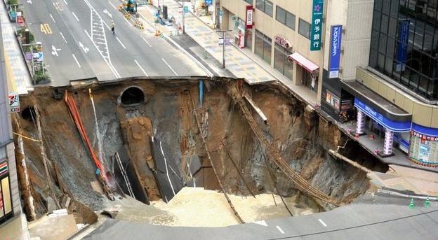 ВЯпонии под землю провалился 30-метровый участок дороги