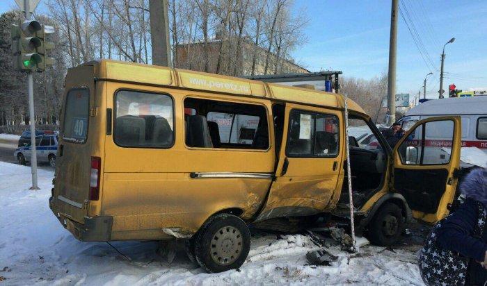 ВАнгарске столкнулись автобус илегковой автомобиль