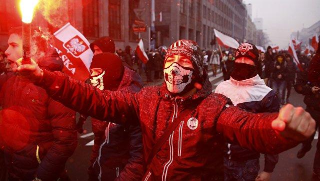 ВВаршаве намарше националистов сожгли флаг Украины